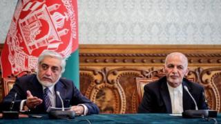 Abdullah Abdullah (left) and Afghan President Ashraf Ghani at a signing ceremony in Kabul. Photo: 17 May 2020