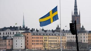 Bandera de Suecia en Estocolmo.