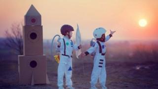 เด็กในชุดเหมือนนักบินอวกาศ