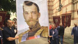 Građani drže fotografiju Nikolaja Drugog