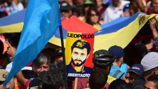 Afiche con el rostro del opositor Leopoldo López.