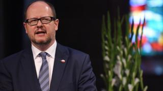 Picture taken on May 5, 2016 shows the mayor of Gdansk Pawel Adamowicz giving a speech during a commemorative ceremony at the St Petri Dom cathedral in Bremen, northwestern Germany.