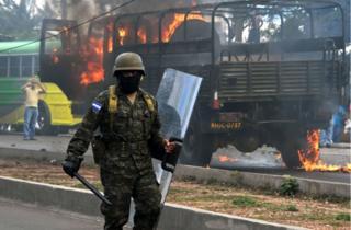 Un camión de policías fue incendiado por los manifestantes.