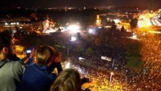 شعار این کنسرت این بود که 'ما بیشتر از این هستیم'؛ در پاسخ به تظاهراتکنندگان راست افراطی که شعارشان این بود که 'ما مردم این کشور هستیم'.