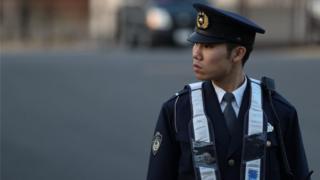 Foto de policial em frente ao Centro de Detenção de Tóquio no dia 21 de dezembro, onde o ex-presidente da Nissan, Carlos Ghosn, foi preso novamente