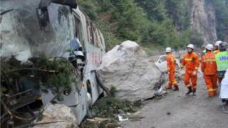 九寨溝發生地震後,救援人員開展救援。