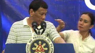 بالفيديو: صرصار على كتف رئيس الفلبين