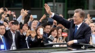 Moon Jae-in a promis d'unifier la Corée du Sud, un pays divisé par le scandale de corruption qui a renversé Park Geun-hye, son prédécesseur