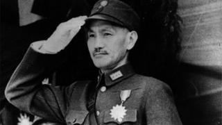 عندما زاد نفوذ الشيوعيين في الصين في خمسينيات القرن الماضي، انسحب جزء من الجيش بقيادة تشانغ كاي تشيك إلى تايوان