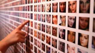 Una pared con fotos de candidatos a empleo
