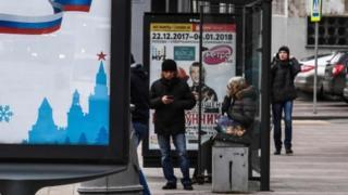 Люди на остановке в Москве, архивное фото