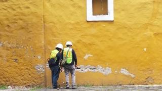 Grietas en una pequeña iglesia del barrio de Coyoacán.
