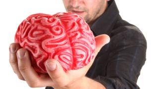hombre ofreciendo su cerebro