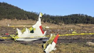 Destroços do avião operado pela Ethiopian Airlines que caiu a caminho de Nairóbi