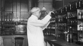 Фармацевт в аптеке, 1920- е годы