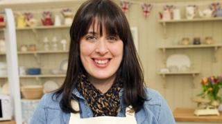 Beca Lyne-Pirkis ar set Great British Bake Off