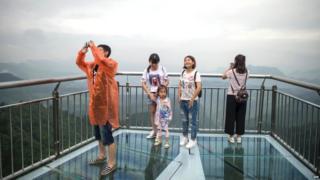 Turistas sobre la plataforma en forma de V