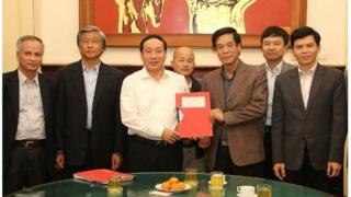 """Ông Đinh Ngọc Hệ, biệt danh """"Út trọc"""" (giữa, hàng sau) tại lễ ký kết hợp đồng dự án đầu tư xây dựng cầu Việt Trì (Hạc Trì)"""