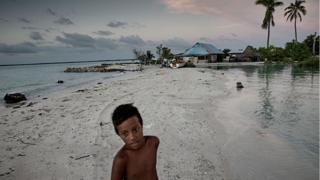 Un niño en Kiribati.
