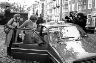เลดีไดอานา สเปนเซอร์ ถูกรายล้อมด้วยนักข่าว ขณะเดินทางออกจากที่พักเพื่อขึ้นรถ
