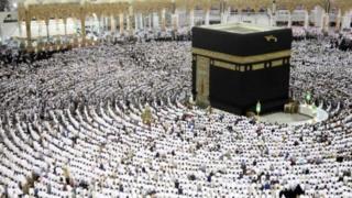 ผู้แสวงบุญชาวมุสลิมร่วมกันสวดภาวนาภายในมัสยิดอัลฮะรอมที่นครเมกกะ