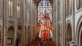 El tobogán en espiral en la catedral de Norwich