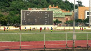 被賽狗場圍繞的蓮峰體育中心在舉行足球比賽(BBC中文圖片17/6/2018)