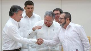 Rais wa Colombia kushoto Santos ,rais wa Cuba Raul Castro katikati na kiongozi wa waasi wa kundi la Farc kulia Timoleon Jimenez