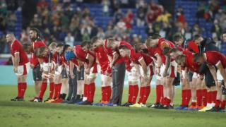 wales-rugby-players-bowing.