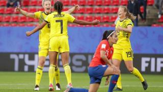 La sueca Madelen Janogy celebra su gol contra Chile