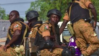 Soldati burkinabé durante un'operazione contro sospetti jihadisti nel nord