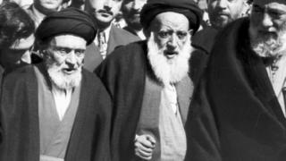 ابوالقاسم کاشانی (نفر اول از سمت چپ) در کنار محمد بهبهانی (نفر وسط)