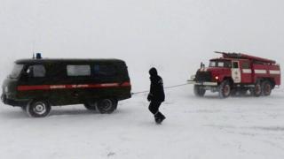 """Спасатели в Одесской области извлекают из сугроба машину """"скорой"""", которая ехала на вызов"""