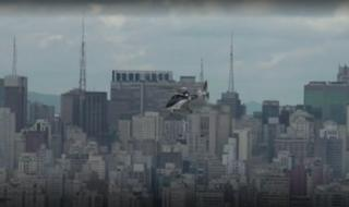 헬리콥터 택시가 브라질 상파울로 상공을 가로지르고 있다