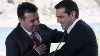 زوران زائف، نخست وزیر مقدونیه (چپ) امضای توافق نهایی درباره نام مقدونیه را برای دو کشور استراتژیک دانست