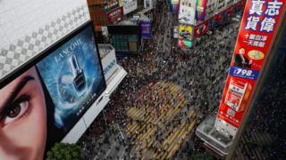 11月2日,香港大批市民穿著黑衣及戴口罩上街