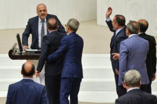 AKP milletvekilleri, Ahmet Şık'a tepkği gösteriyor