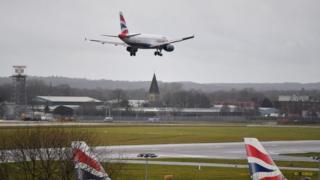 Gatwick'e iniş yapan bir uçak