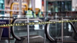 Огороженное место взрыва в аэрорту Стамбула
