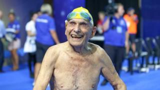 泳ぎ終わりプールから出てきたジョージ・コロンズさん