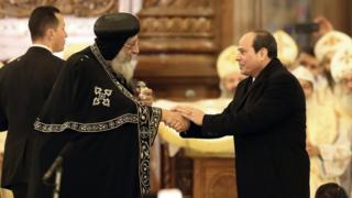 Papa Tawadros II (Kushoto) aliongoza misa misa iliyohudhuriwa na Rais Abdel Fattah al-Sisi (Kulia)