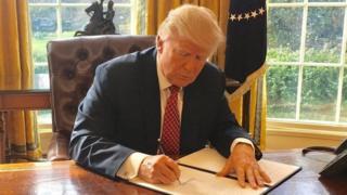 """رئیس جمهوری آمریکا دستور مهاجرتی """"تجدید نظر شده"""" خود را روز ٦ مارس امضا کرد اما اجرای این دستور هم توسط نظام قضایی کشورش متوقف شده است"""