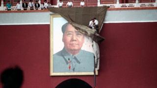 5月23日,天安門城樓更換被墨汁潑污的毛主席像。