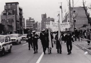 Cảnh sát Nhật Bản đi giám sát người biểu tình