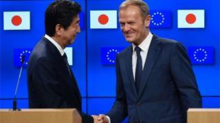トゥスクEU大統領と握手する日本の安倍晋三首相(6日、ブリュッセル)