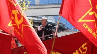 Cờ búa liềm của phái cộng sản tại Anh đem ra để ủng hộ cho lãnh đạo Đảng Lao Động, ông Jeremy Corbyn hồi 2016