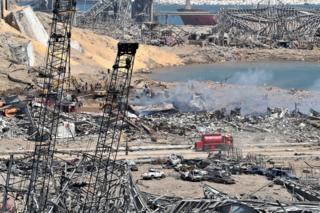 Ливанские спасатели работают возле места взрыва в бейрутском порту (5 августа 2020 года)