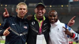 Mo Farah (à gauche), après avoir sa victoire en finale du 10 000 m, avec son entraîneur Alberto Salazar (centre) et l'Américain Galen Rupp (médaillé de bronze).