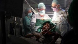 特纳女士在医生给她做手术切除肿瘤时演奏小提琴