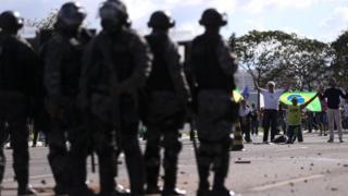 Forças de segurança durante protesto em Brasília nesta quarta-feira